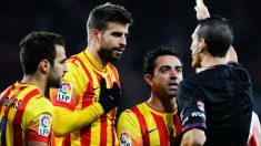 Xavi, Piqué y Cesc protestan al árbitro. (Getty)