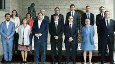 El gobierno de Carles Puigdemont tras la promesa de los cargos de los nuevos consejeros. (Foto: EFE)