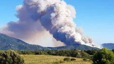 Una columna de humo denso del incendio de Le Boulou (Francia) vista desde Gerona (España).