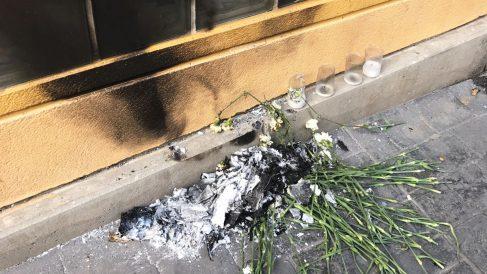 La ofrenda en memoria de Miguel Ángel Blanco en Getafe, quemada por radicales.
