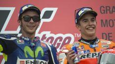 Valentino Rossi comparte podio con Marc Márquez. (Getty)