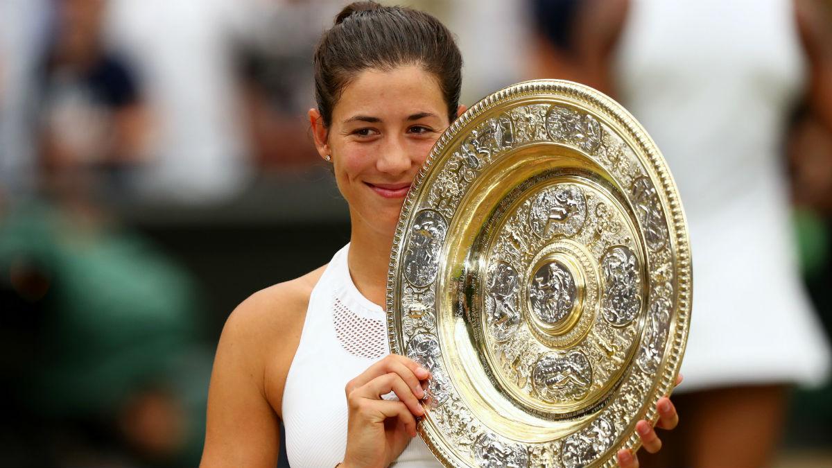 Garbiñe Muguruza posa con el trofeo de Wimbledon. (Getty)