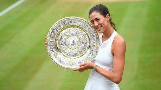 Garbiñe Muguruza posa con el plato que le acredita como campeona de Wimbledon. (Wimbledon)