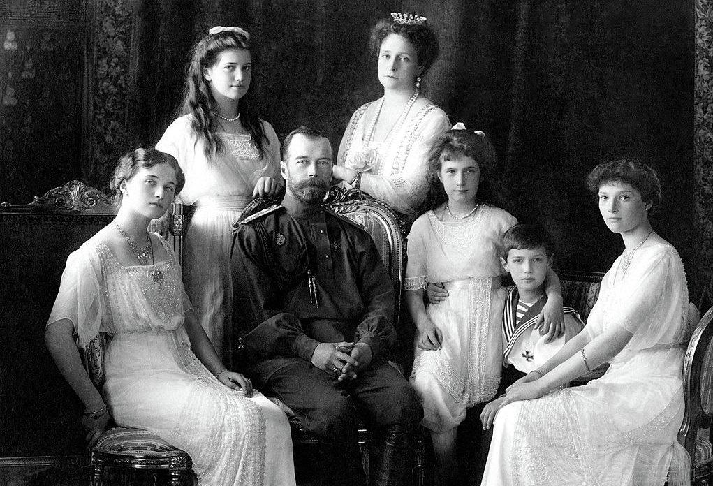 El zar Nicolás II y su familia son ejecutados un 17 de Julio por orden del Partido Bolchevique de Rusia.