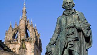 Monumento en conmemoración a Adam Smith en Escocia.
