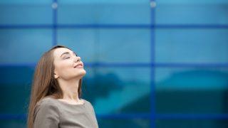 Meditar aporta beneficios para mejorar el estado de ánimo.