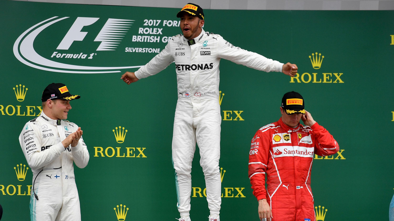 Lewis Hamilton, exultante en el podio de Silverstone. (AFP)