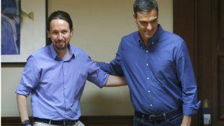 Pedro Sánchez y Pablo Iglesias, al inicio de la reunión, este lunes.