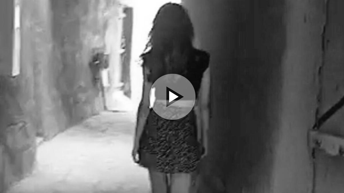 Una captura del video en el que se ve a una mujer saudita vistiendo minifalda en el país árabe en contra de su legislación.