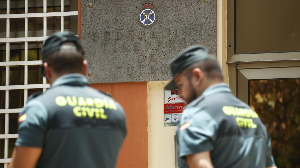 Precinto de la Guardia Civil en la sede de la Federación Tinerfeña de Fútbol. (EFE)