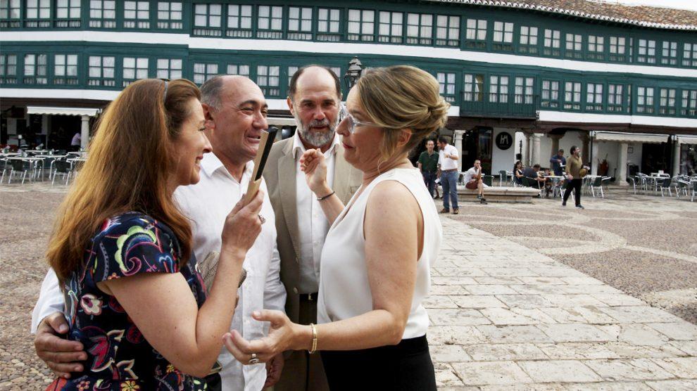 Natalia Menéndez, Pepa Pedroche, Arturo Querejeta y Joaquín Notario en la Plaza Mayor de Almagro. (Foto: EFE)