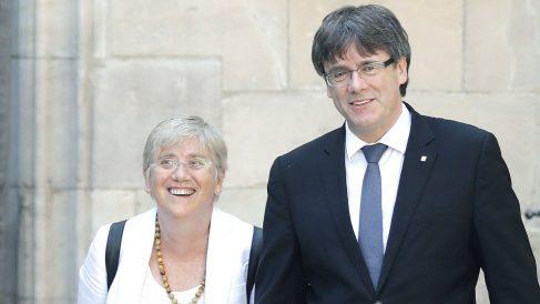 Carles Puigdemont y su ex consejera de Enseñanza, Clara Ponsatí. (Foto: EFE)