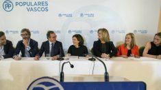 Soraya Sáenz de Santamaría y Fátima Báñez en la reunión de la junta directiva del PP vasco. EFE