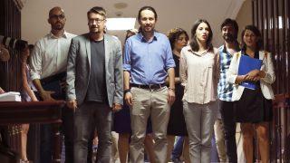 Xavier Domènech, Pablo Iglesias e Irene Montero, entre otros dirigentes de Podemos. (Foto: EFE)