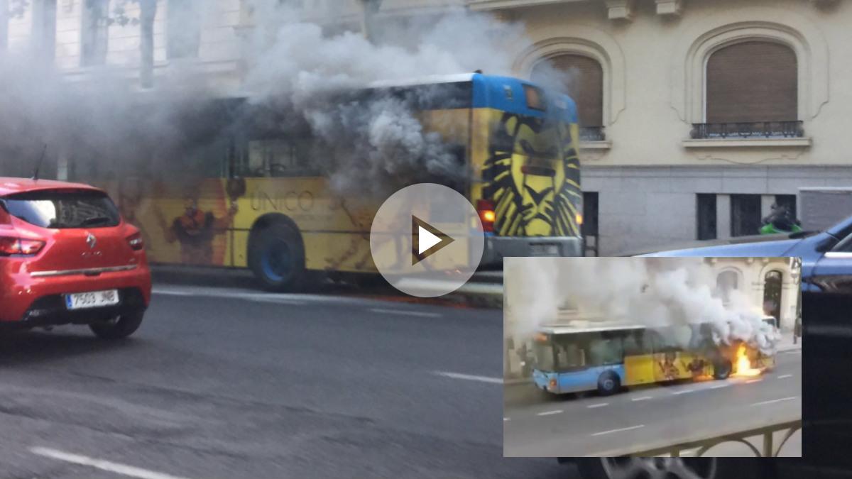 El autobús de la EMT ardiendo en plena calle Velázquez del centro de Madrid. Foto: @DavidDeSanchez