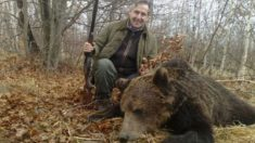 Miguel Blesa junto a un oso pardo balcánico que abatió en 2009 en Rumanía.