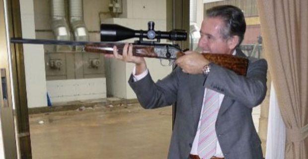 Miguel Blesa posa con un rifle de caza.