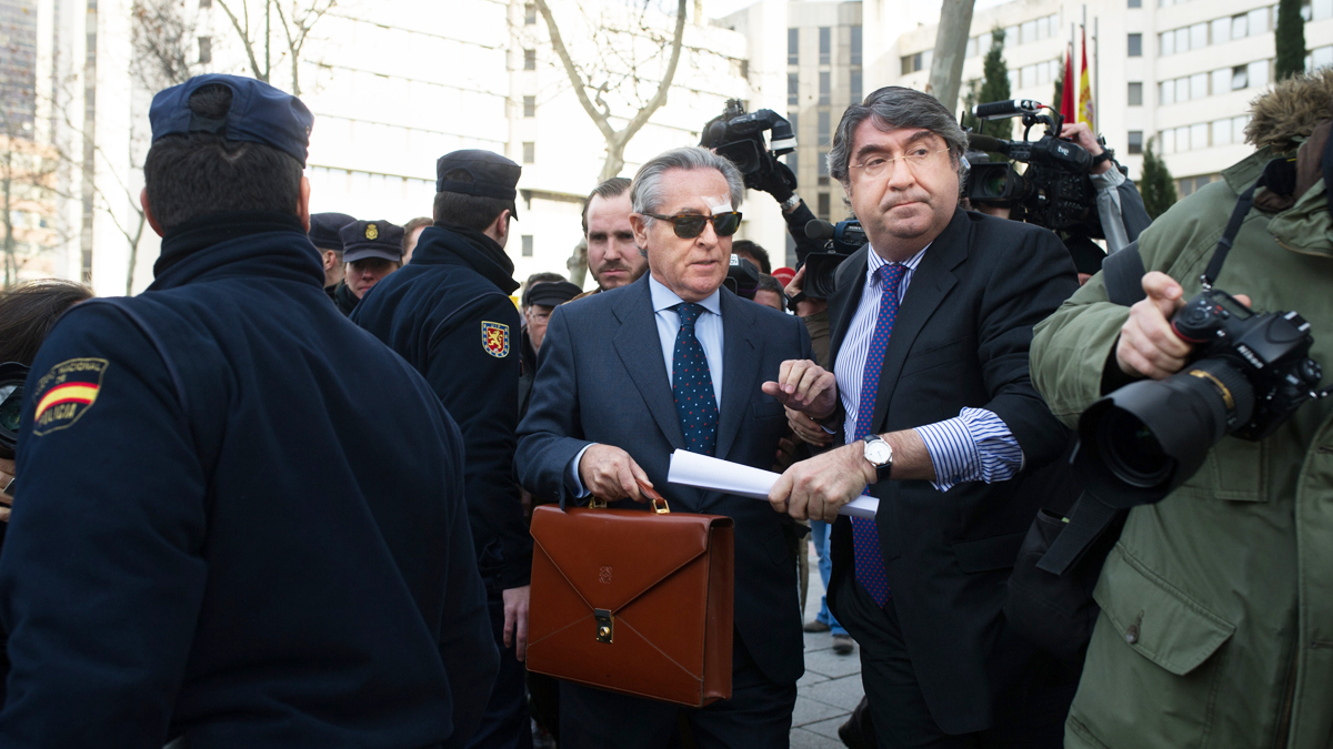 Miguel Blesa zarandeado por preferentistas. (Foto: Getty)