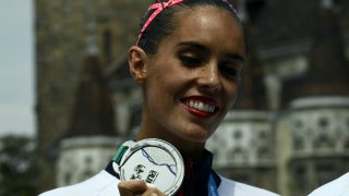 Ona Carbonell posa con su segunda medalla de plata en los Mundiales de Natación. (AFP)