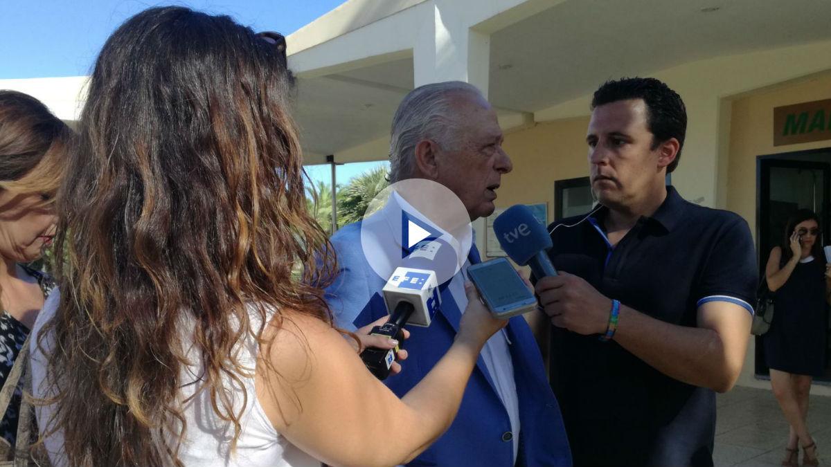 Fermín Gallardo, amigo de Miguel Blesa a su llegada al tanatorio de Córdoba. Foto: OKDIARIO