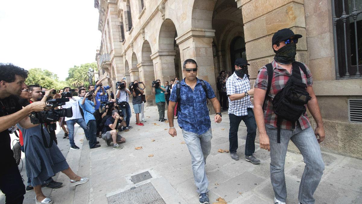 Agentes de la Guardia Civil a su llegada al parlamento de Cataluña para requerir documentación relativa a la investigación sobre el caso del 3% (Foto: Efe)