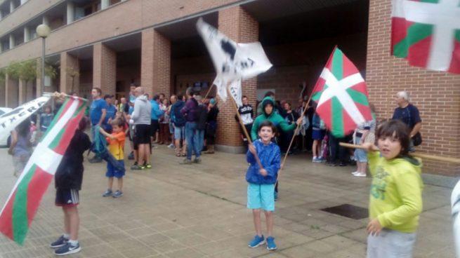 Niños portan pancartas de apoyo a presos de ETA, en un homenaje reciente en Navarra.