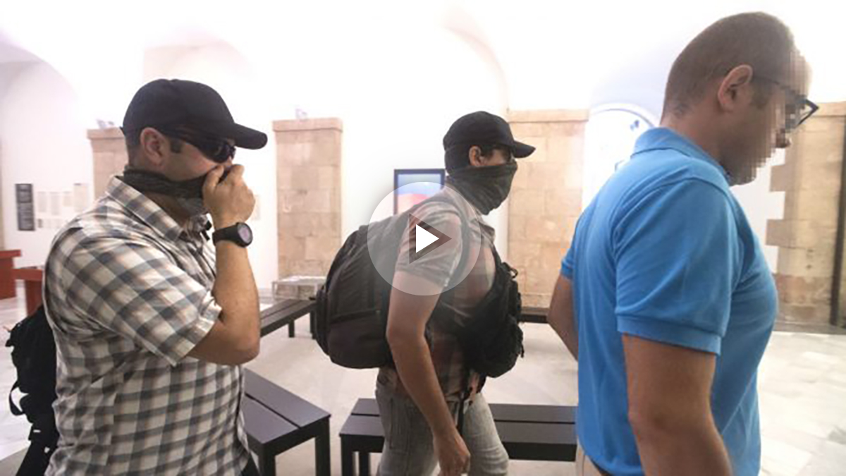 Agentes de la Guardia Civil a su salida al parlamento de Cataluña para requerir documentación relativa a la investigación sobre el caso del 3% (Foto: Efe)