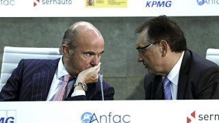 El ministro de Economía, Luis de Guindos, y el presidente de Anfac, Antonio Cobo (Foto: EFE).
