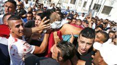 Palestinos trasladan el cuerpo de uno de los muertos en las protestas (Foto: AFP).