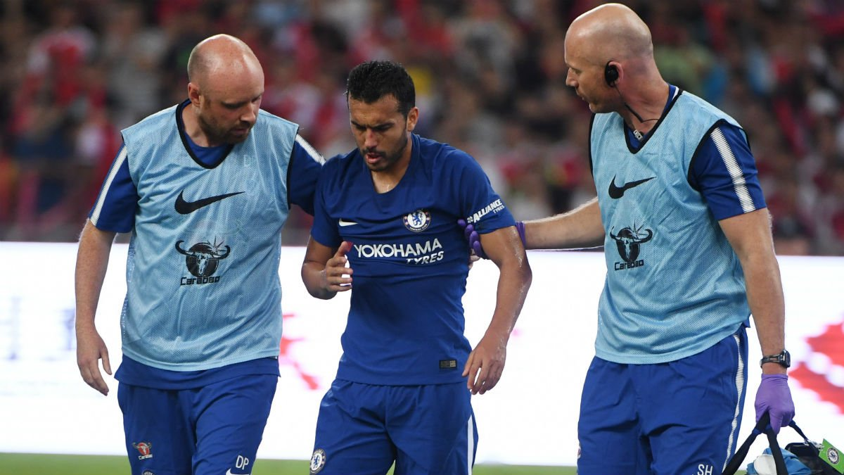 Pedro Rodríguez abandona conmocionado el partido que enfrentó al Chelsea y al Arsenal. (AFP)