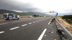 Un coche accidentado en una carretera española. Foto: Efe