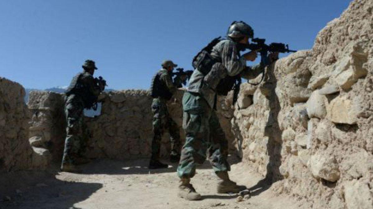 Militares afganos con uniformes militares.