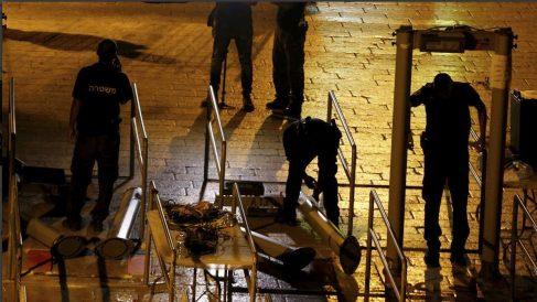 Operarios israelíes desmontan los arcos de seguridad.  Foto: Haaretz