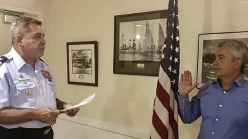 Roger Huguet durante la jura de la Constitución de los Estados Unidos al obtener la ciudadanía.