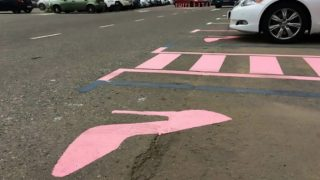 Un tacón rosa señaliza las nuevas plazas de aparcamiento exclusivas para mujeres del aeropuerto de Moscú. Foto: Metro