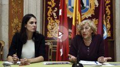 Manuela Carmena junto a Rita Maestre. (Foto: EFE)