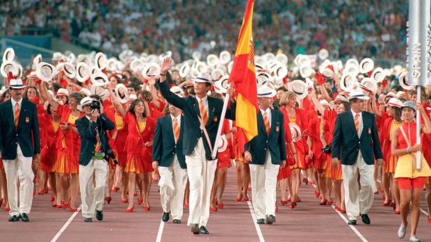 El entonces Príncipe Felipe de Borbón ejerciendo de abanderado de la selección olímpica española.