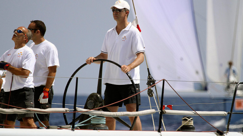 Felipe VI capitaneando su barco «Aifos», por el nombre de su madre al revés, durante una travesía.