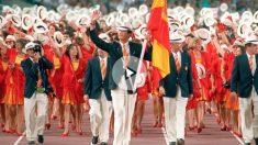 El rey Felipe VI hace 25 años, cuando aun era Príncipe, ejerciendo de abanderado de la selección española en los JJOO de Barcelona 92.