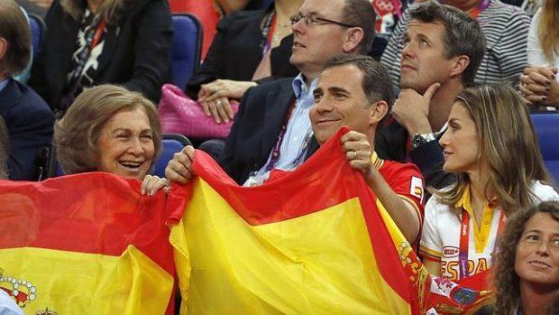 El Rey de España, Felipe VI, entre su madre la Reina Sofía y su mujer, la Reina Letizia animando a la selección española de fútbol.