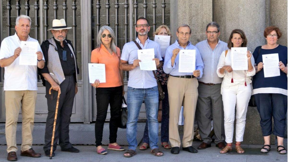 Representantes de IU entregando una carta al gobierno (Imagen: Unidos Podemos)