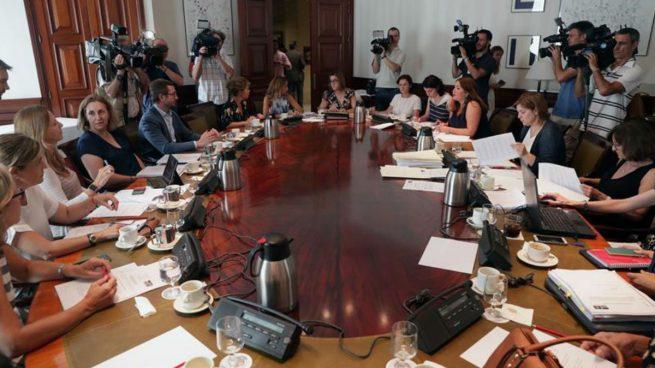 Miembros de diferentes partidos durante la reunión de la subcomisión del Congreso que tiene como finalidad articular un pacto de Estado en materia de violencia de género, donde se aprobaron las más de 200 medidas que se ratificarán en el pacto de Estado. Foto: EFE