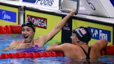 Mireia Belmonte junto a Katie Ledecky después de la carrera. (AFP)