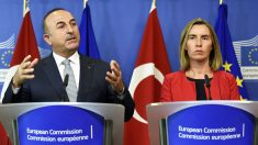 El responsable de exteriores turco Mevlut Cavusoglu y la jefa de la diplomacia europea Federica Mogherini (Foto: AFP)
