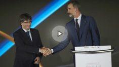 El Rey Felipe VI estrecha la mano del independentista Carles Puigdemont en Barcelona. Foto: EFE