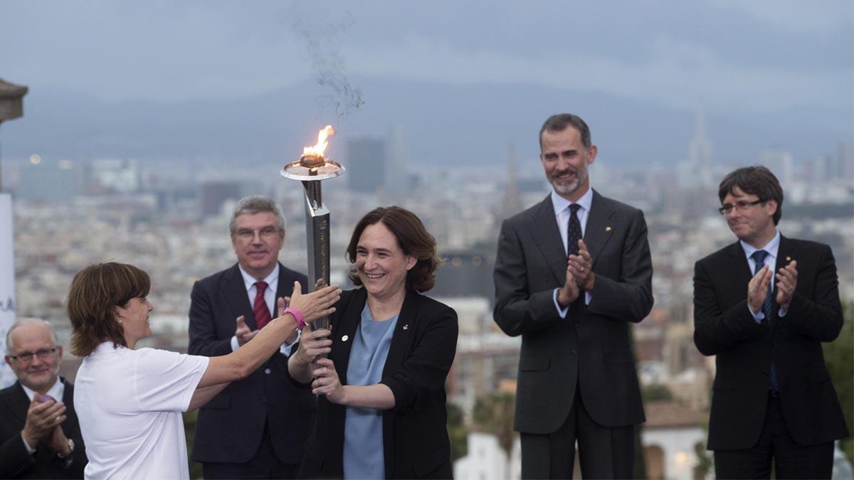Carles Puigdemont junto al Rey Felipe VI y la alcaldesa de Barcelona, Ada Colau, durante un acto del 25º aniversario de Barcelona 92. Foto: EFE