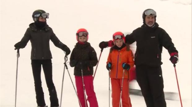 Los Reyes de España Letizia y Felipe VI junto con sus dos hijas Leonor y Sofía en una estación de esquí.