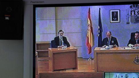 Mariano Rajoy, sentado a la derecha del tribunal que juzga la primera etapa del caso Gürtel. (Foto: EFE)