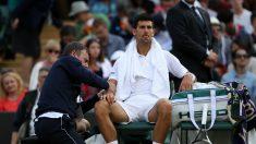 Djokovic es atendido de su lesión en el codo en Wimbledon. (Getty)