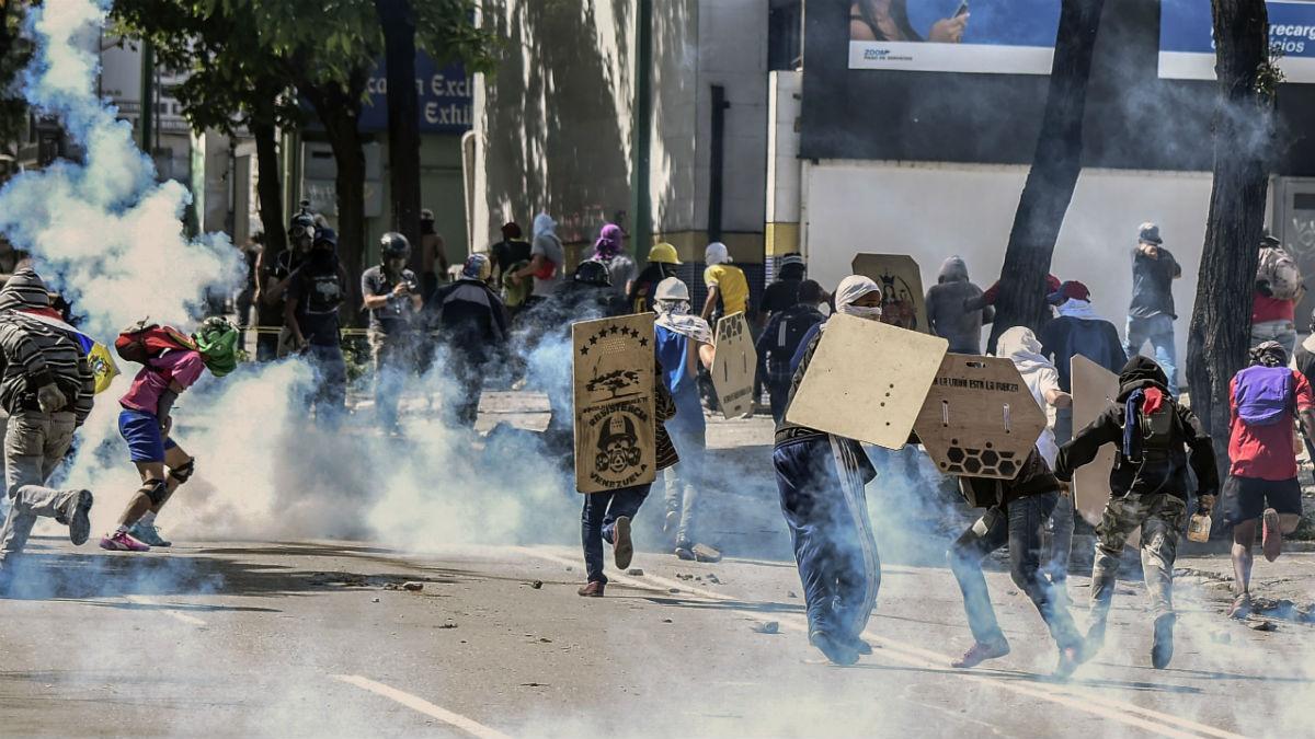 La GNB trata de dispersar a los manifestantes atacándolos con gases (Imagen: AFP)
